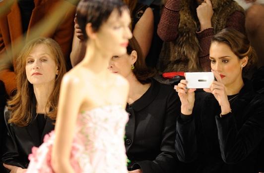 Fashion Week Paris 2013 : Jessica Alba tweeteuse inconditionnelle à Paris au défilé Dior !