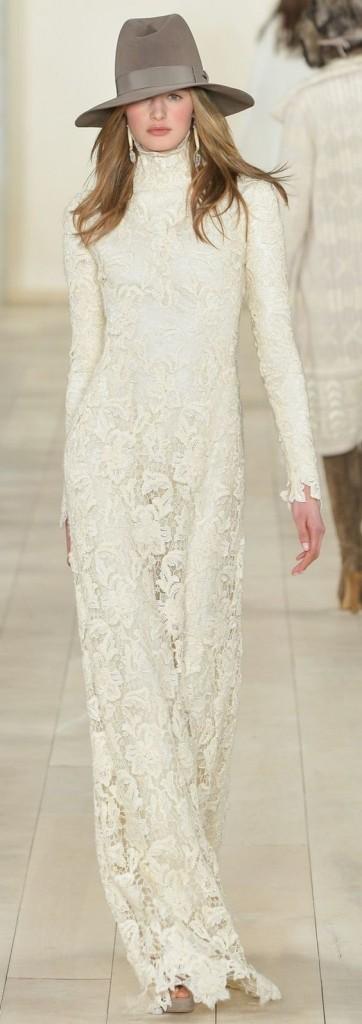 Une robe du soir en dentelle fleurie blanche défile sur le podium pour la Ralph Lauren Collection Prêt-à-porter Automne 2015