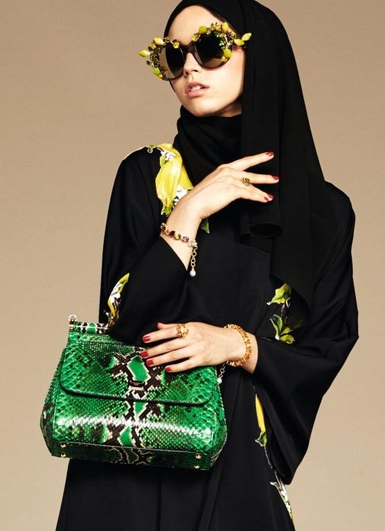 """Abaya Fashion 2016-2017 look 9 - Collection Dolce & Gabbana : """"Les musulmans représentent 22% de la population [mondiale] et leurs exigences vestimentaires sont trop souvent délaissées par les grandes maisons de couture et de prêt-à-porter européennes"""", ont déclaré Stefano Dolce et Domenico Gabbana, réputés pour leurs créations sexy et chatoyantes. Certains modèles transparents ou taillés aux genoux, de surcroît portés par une mannequin de type caucasien dans les visuels de la campagne de lancement, risquent cependant de rebuter les clientes les plus conservatrices."""