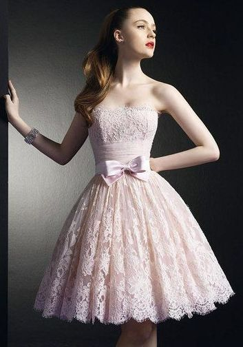 Une robe en dentelle rose bonbon.