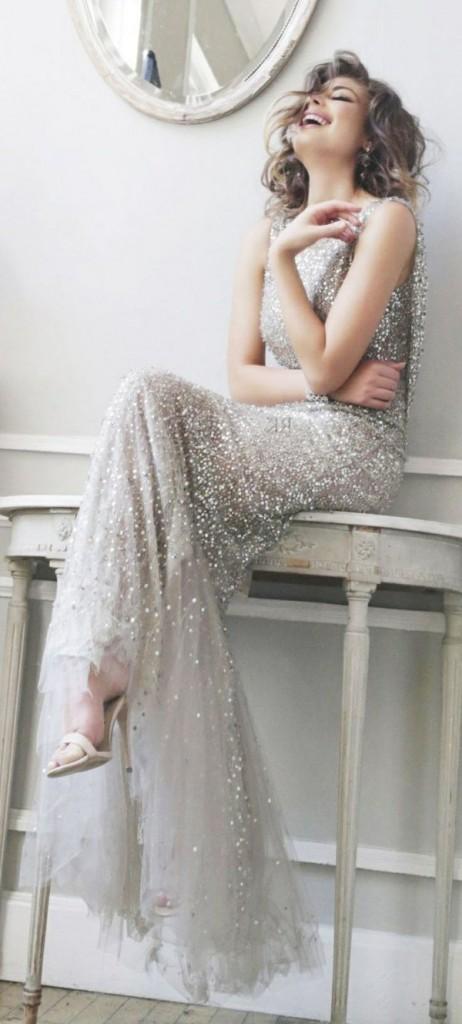 Être la plus belle du bal avec une robe brillante et une jolie sourie