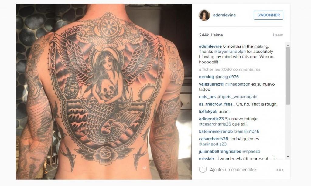 le Tatouage de Sirène d'Adam Levine Est Devenu Encore Plus Gros.
