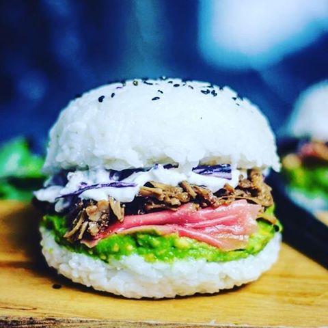 Le sushi burger est un savant mélange de burger et de sushi.