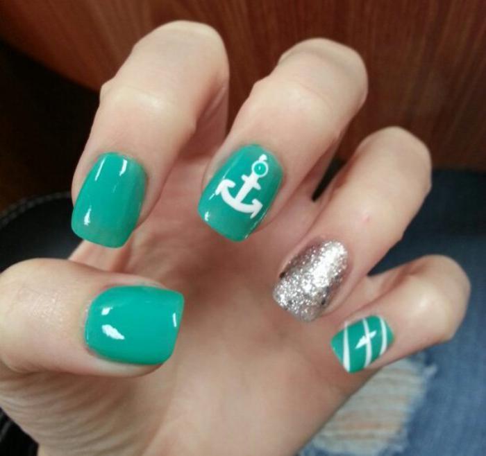 déco-ongles-en-vert-et-argent-ancre-blanc
