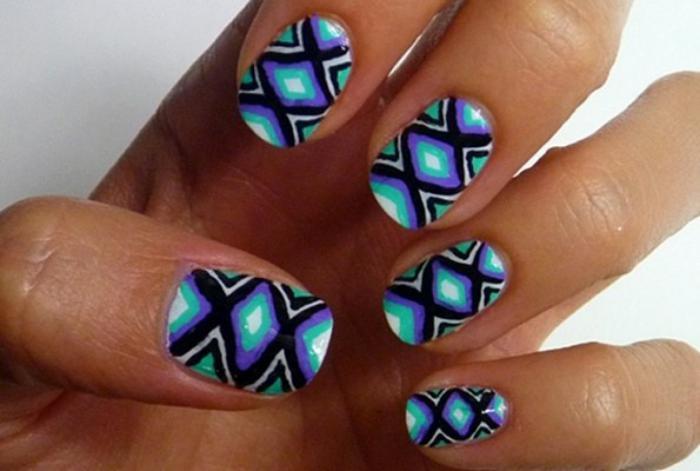 déco-ongles-manucure-tribal-en-bleuet-noir