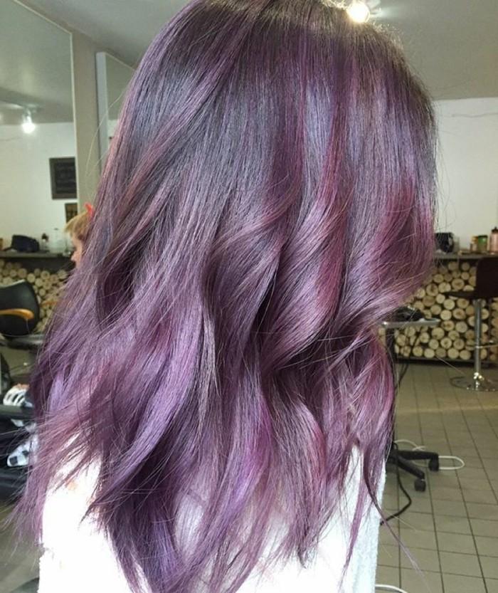 formidable-balayage-sur-cheveux-chatain-stylé-couleur-violet