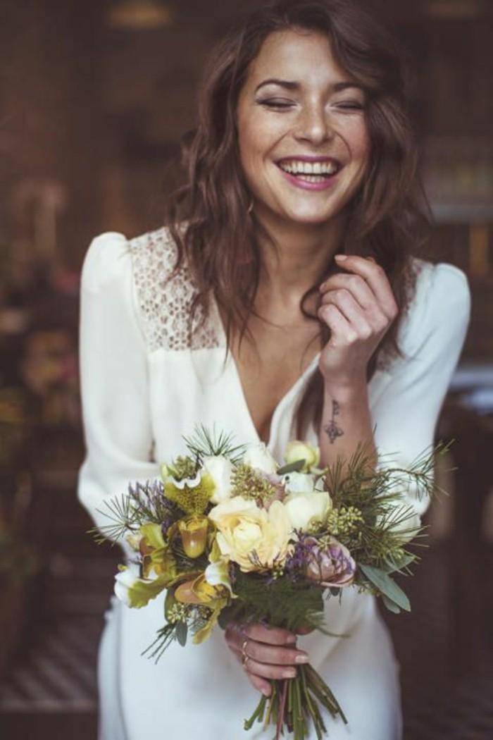robe-de-mariée-courte-en-blanc-robe-courte-blanche-fleurs-bouquet-de-fleurs-pour-les-femmes