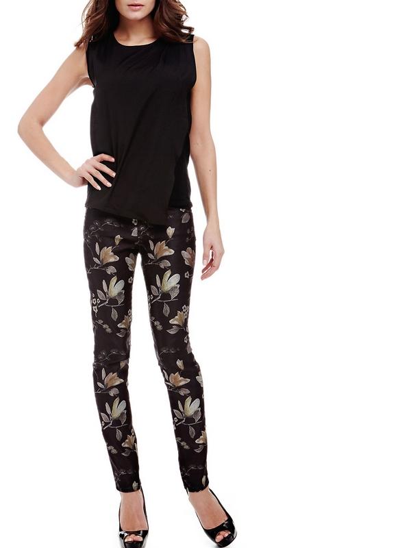 Le motif floral confère un charme discret à ce modèle taille basse et brise les règles classiques de la teinte unie. Sophistiqué et raffiné, le pantalon en coton mélangé affiche une personnalité élégante.
