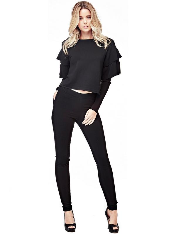 Le pull en viscose mélangée est également indiqué pour créer les tenues de soirée, et pas seulement pour un look de jour délicat. Une sensation de douceur sur la peau : le détail de volants appliqués sur les manches fait rêver.