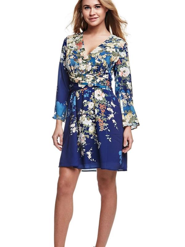 Le motif floral se pare de nuances éclatantes et de couleurs précieuses. Avec cette robe en tissu fluide, le look se base sur les éléments élégants comme le détail de ceinture sur la taille.