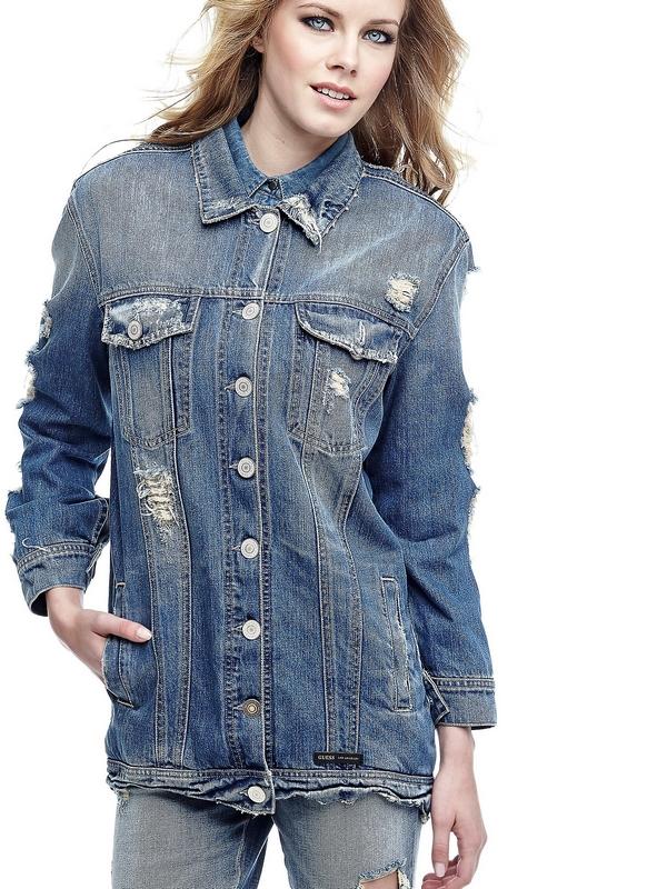 Porter cette veste en denim de coton, c'est faire un choix parfait pour compléter le look passe-partout. Le détail d'abrasions est une référence au style glam-rock.