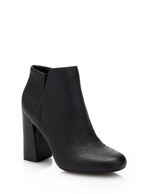La bottine à bout pointu interprète le style élégant qui s'inspire de la tendance. Voici un modèle qui mise tout sur l'originalité : cette chaussure en cuir véritable est doublée et affiche un talon haut mais épais, et donc confortable.