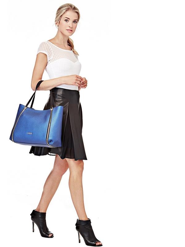 Le détail de glissières latérales instillera une touche de vivacité à la tenue tendance de la femme moderne. Le modèle en similicuir possède un intérieur doublé ainsi que de nombreuses poches fonctionnelles pour ranger vos affaires.