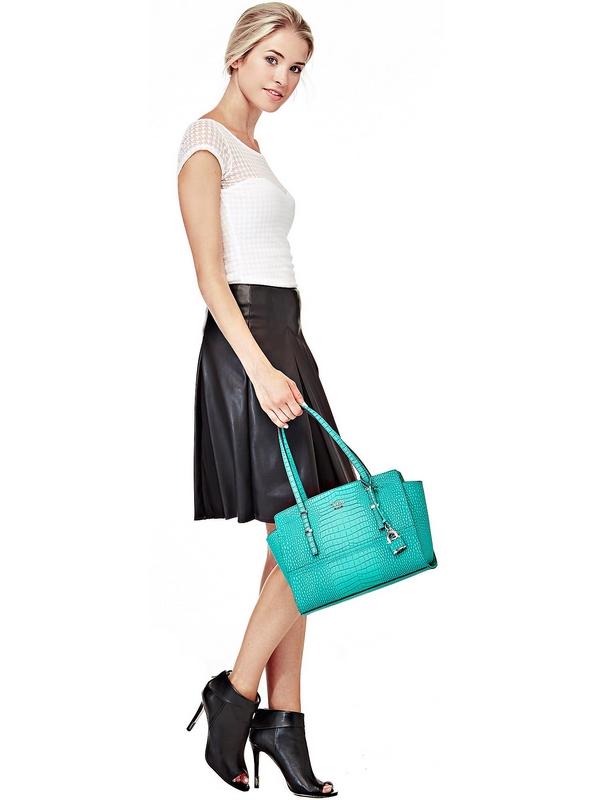 Une élégance sobre : l'effet croco est tellement chic qu'il parvient à mettre en valeur aussi bien l'accessoire que le look de jour. Le sac à main possède un petit cadenas qui illumine la base de l'anse.