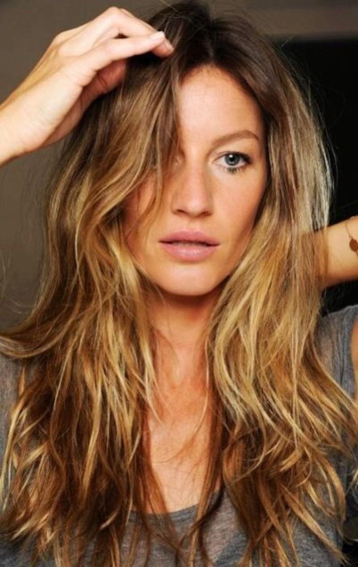 belle-coiffure-mèche-caramel-sur-cheveux-châtain
