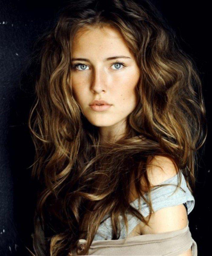 cheveux-chatain-meche-caramel-femme-jolie