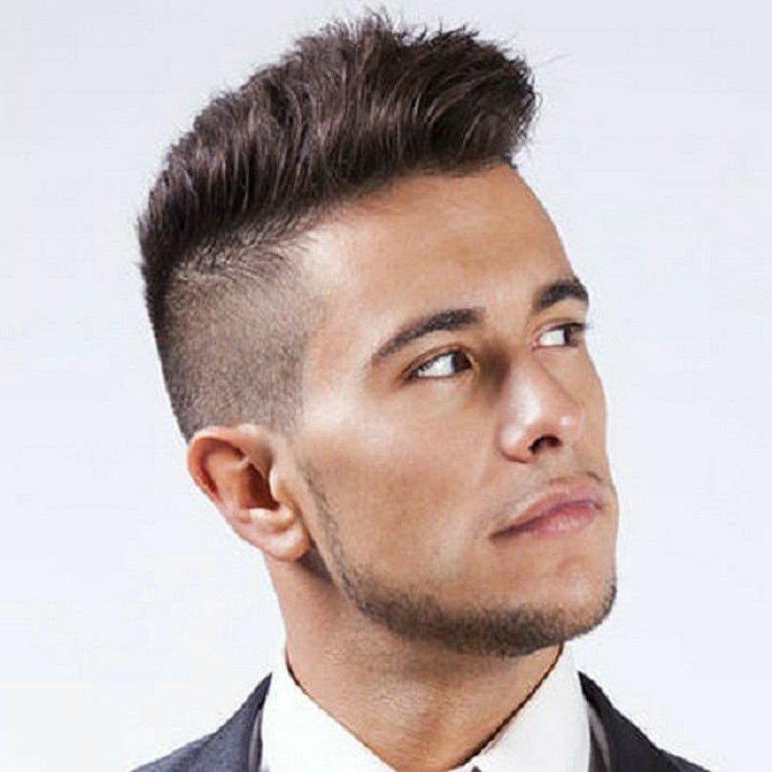 La coupe de cheveux des hommes courts sur les cГґtГ©s est plus courte