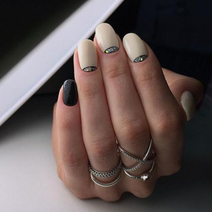 manucure-demi-lune-avec-verre-brisé-stickers-foils-ongles