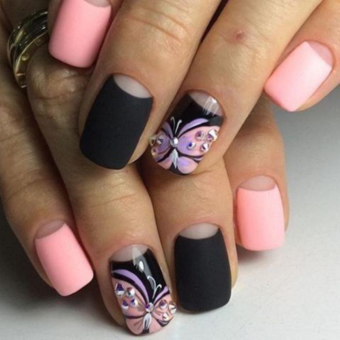 manucure-demi-lune-rose-et-noir-et-motifs-floraux