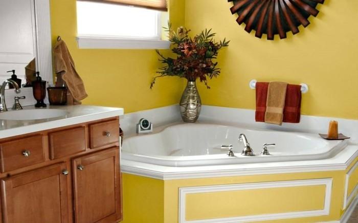 peinture-salle-de-bain-jaune-baignoire-en-jaune-et-blanc-porte-serviette-déco-vase-de-fleurs