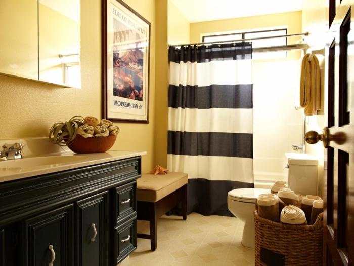 suggestion-fantastique-salle-de-bain-jaine-décor-en-jaune-et-noir-rideau-de-douche-en-blanc-et-noir-baignoire-à-encastrer