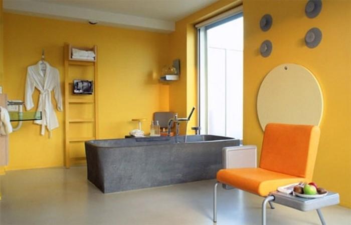 très-joli-modele-salle-de-bain-jaune-avec-une-baignoire-à-encastrer-couleur-anthracite-salle-de-bain-accueillante