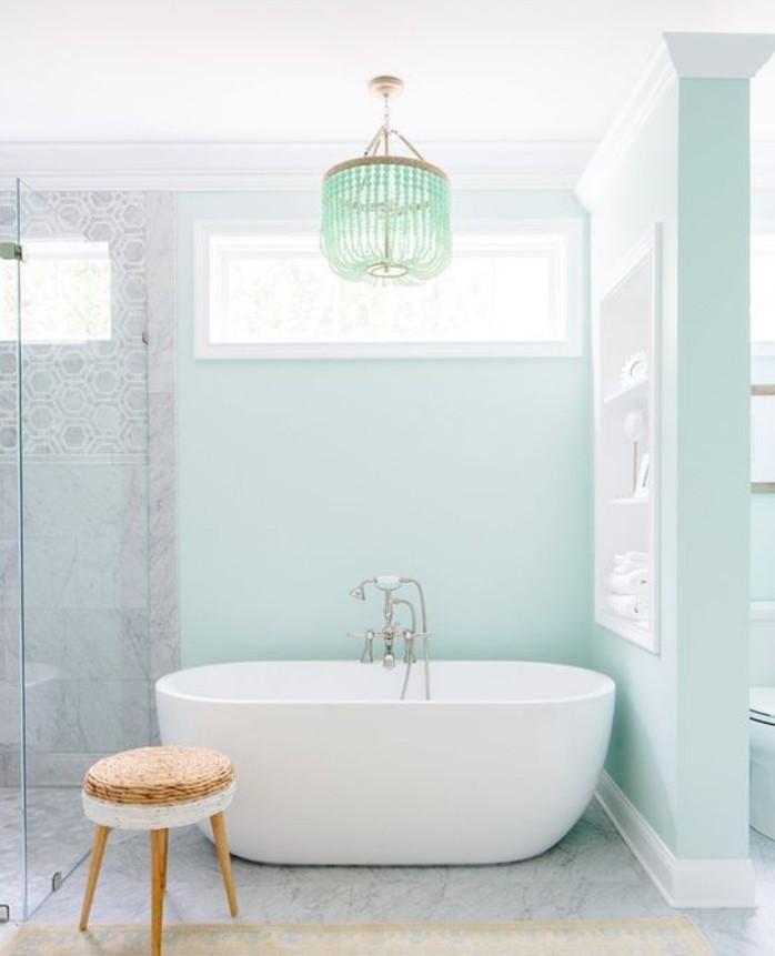 charmante-idee-couleur-salle-de-bain-bleue-nuance-très-douce-baignoire-à-poser-blanche-style-raffiné