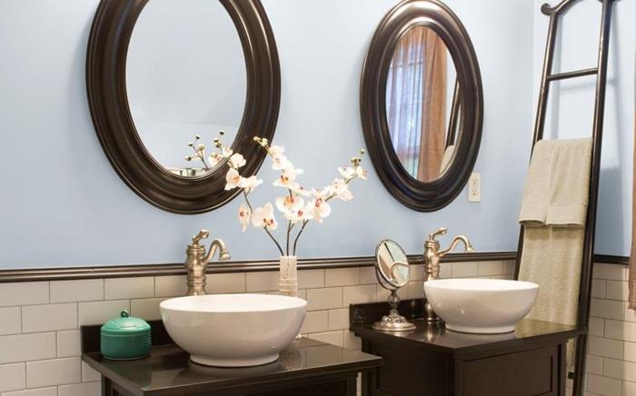 formidable-idee-couleur-salle-de-bain-bleue-vasques-à-poser-meubles-sous-vasque-robinetterie-élégante-deux-miroir-ronds-design-identique