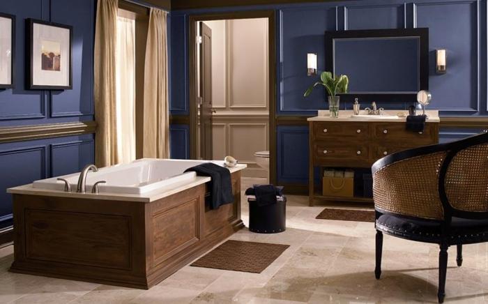 idée-unique-couleur-salle-de-bain-bleu-foncé-baignoire-à-poser-vasque-à-encastrer-meuble-sous-vasque-en-bois-miroir-avec-encadrement-noir-chaise