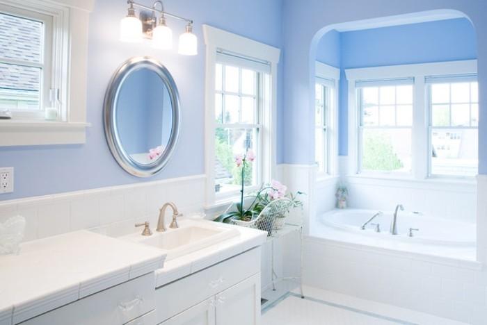 jolie-suggestion-salle-de-bain-bleue-couleur-très-douce-qui-incite-à-la-rêverie-baignoire-à-encastrer-et-meubles-salle-de-bain-blancs