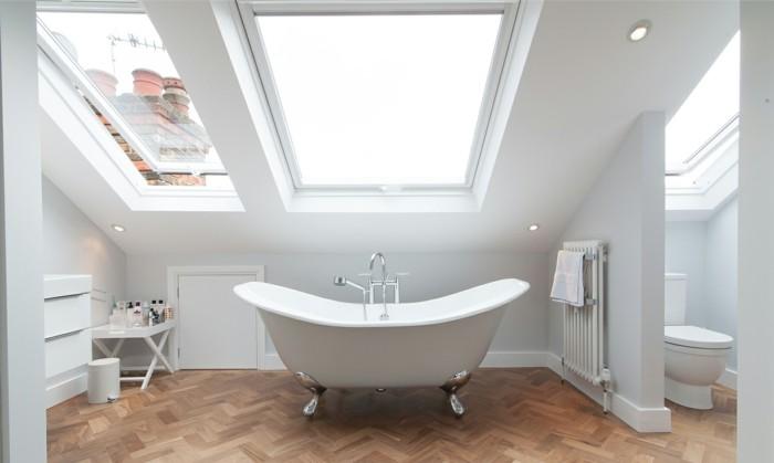 magnifique-peinture-salle-de-bain-en-blanc-salle-de-bain-parquet-en-bois-baignoire-à-poser-blanche