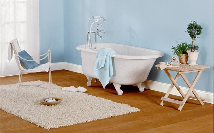 peinture-salle-de-bain-bleue-baignoire-blanche-chaise-blanc-tapis-blanc