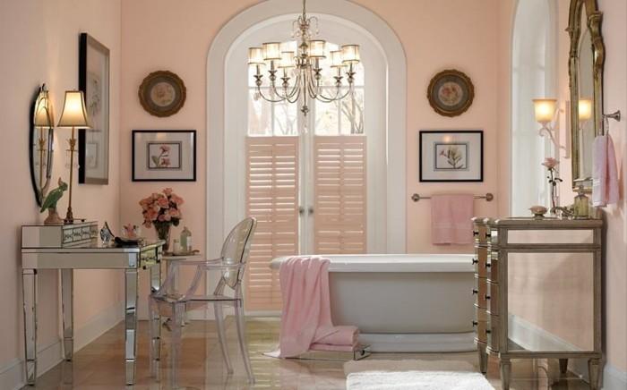peinture-salle-de-bain-couleur-saumon-baingoire-à-poser-blanche-coiffeuse-esthétique-déco-romantique-lustre-somptueux
