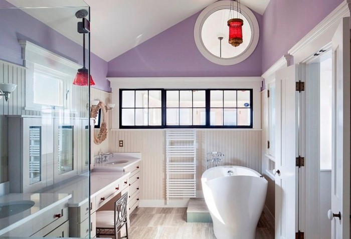 magnifique-salle-de-bain-couleur-violette-baignoire-à-poser-blanche-coiffeuse-blanche