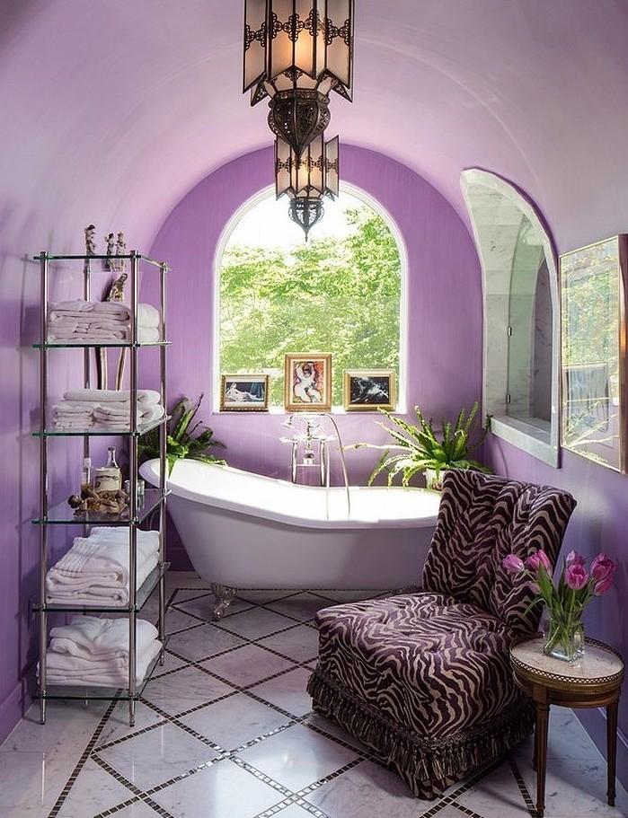peinture-salle-de-bain-mauve-baignoire-à-poser-étagères-jolie-décoration-salle-de-baon