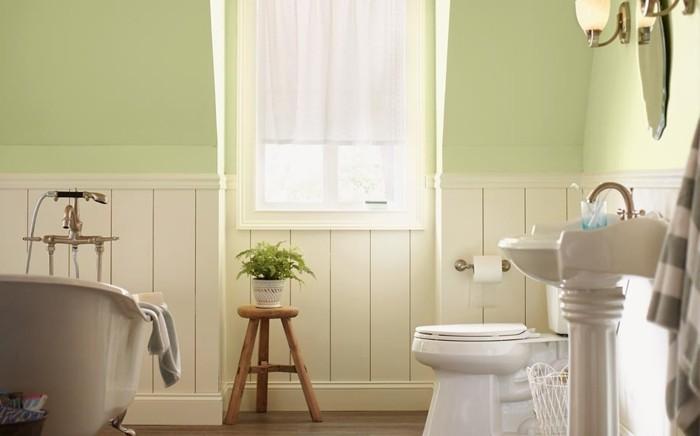 peinture-salle-de-bain-vert-clair-ambiance-naturelle-baignoire-blanche-à-poser-WC-et-lavabo-colonne