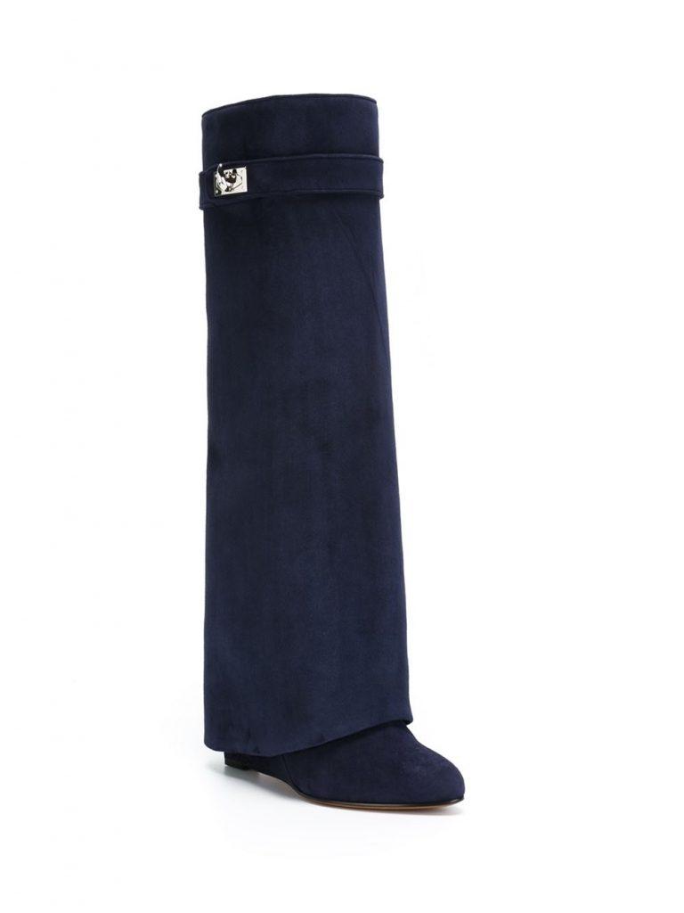"""Bottes """"Shark Lock"""" en cuir de chamois bleu marine Givenchy avec bout en amande, fermeture à loquet argenté et talon compensé dissimulé."""