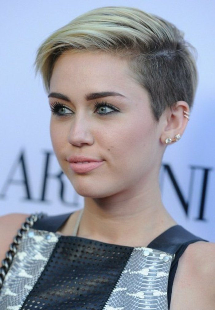 miley-cyrus-coupe-courte-degradee-balayage-blond-yeux-verts-levres-roses