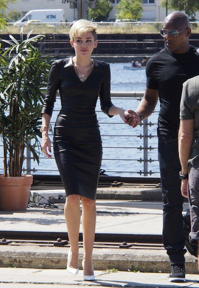 Robe de soirée noire courte Tendance 2017 - Modèle 13 Robe de soirée moulante vue chez Miley Cyrus