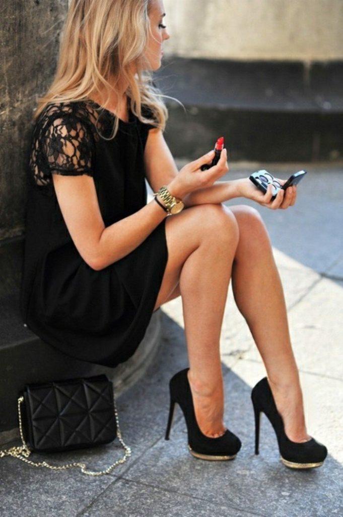Robe de soirée noire courte Tendance 2017 - Modèle 4 Montre doré chic et robe noire courte en dentelle