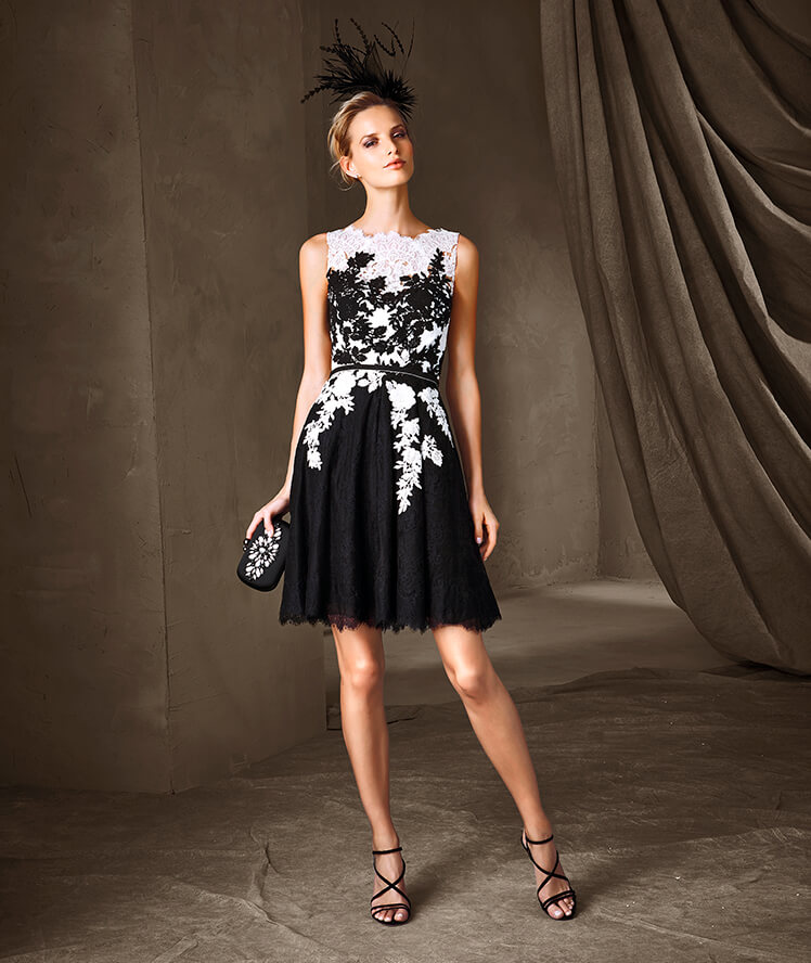 Robe de soirée noire courte Tendance 2017 - Modèle CALISTA est un sublime modèle de la collection Robes de soirée style sirène, avec un décolleté en V sur la poitrine et dans le dos confectionné en tulle, pierres fines et Chantilly.