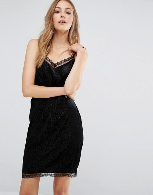 Robe de soirée noire courte Tendance 2017 - Modèle Vila Robe caraco avec bordure en dentelle
