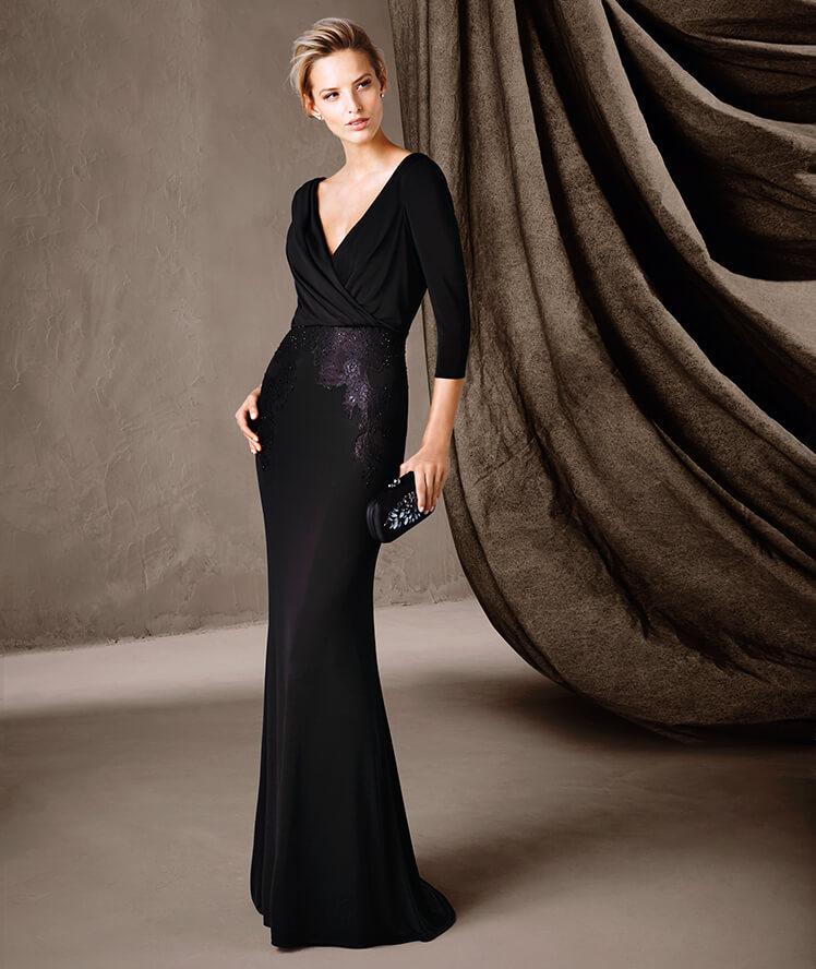 Robe de soirée noire longue tendance 2017 - Modèle COIMBRA magnifique robe longue décorée de pierres fines, style sirène à décolleté en V proposée par Pronovias