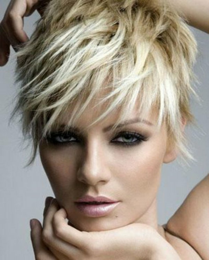 coupe-courte-degrade-cheveux-blonds-yeux-verts-modele-coupe-courte-blonde