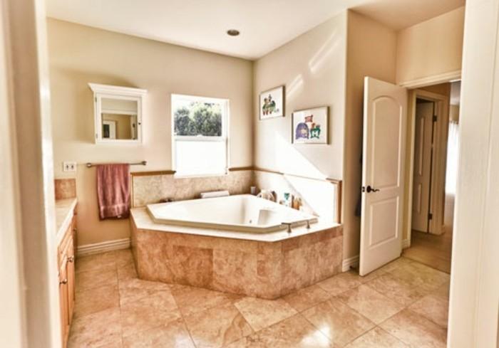 idée-peinture-salle-de-bain-beige-très-lumineuse-idée-carrelage-formidable-déco-intéressante
