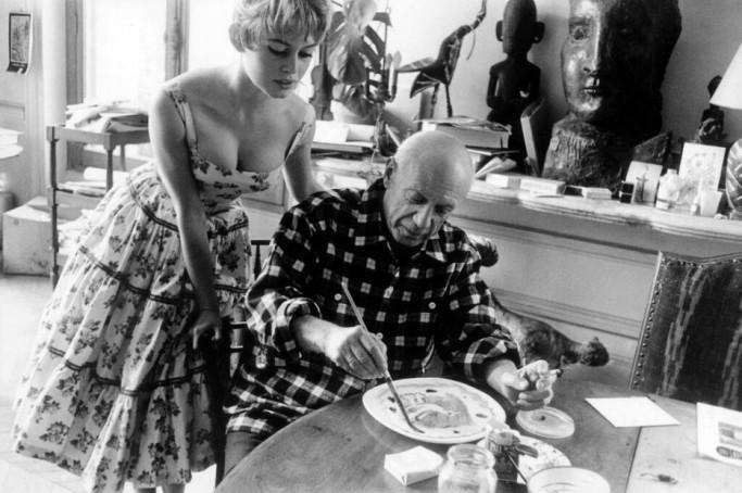 Brigitte Bardot dans le studio de Pablo Picasso près de Cannes en 1956