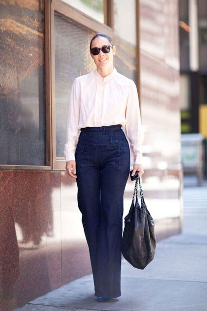 Il est parfois plus facile le matin d'enfiler une tenue noire de haut en bas. Le hic ? Vous êtes habillée de la même façon tous les jours, et ce n'est pas très gai. Essayez dans un premier temps de changer votre pantalon noir pour un modèle gris ou bleu marine.