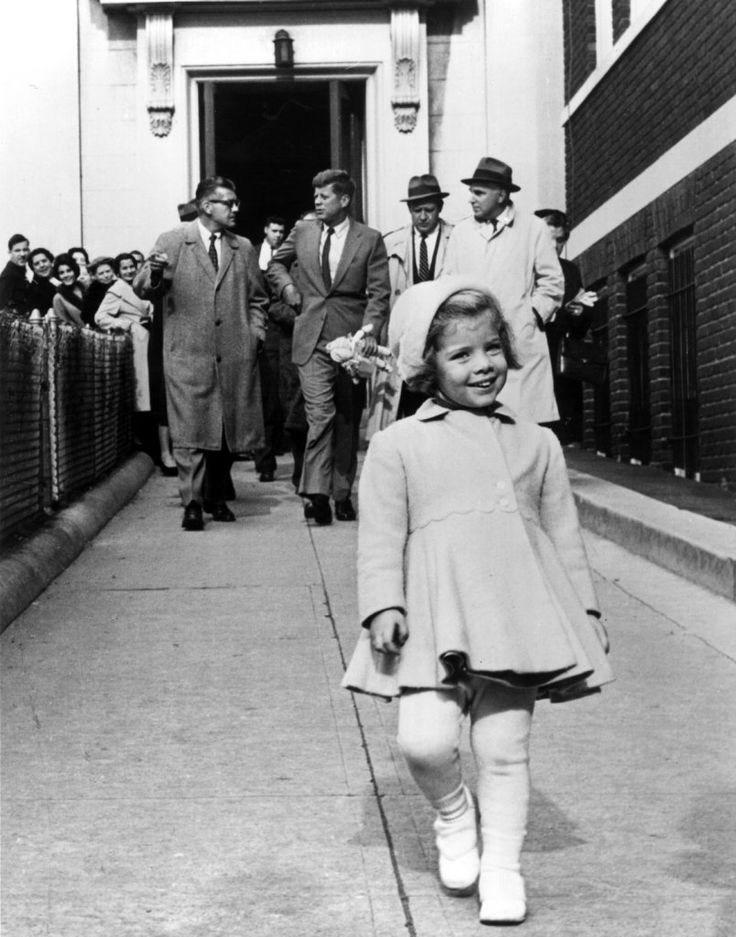 Caroline Kennedy marche devant son père, l'homme le plus puissant du monde portant sa poupée (1960)