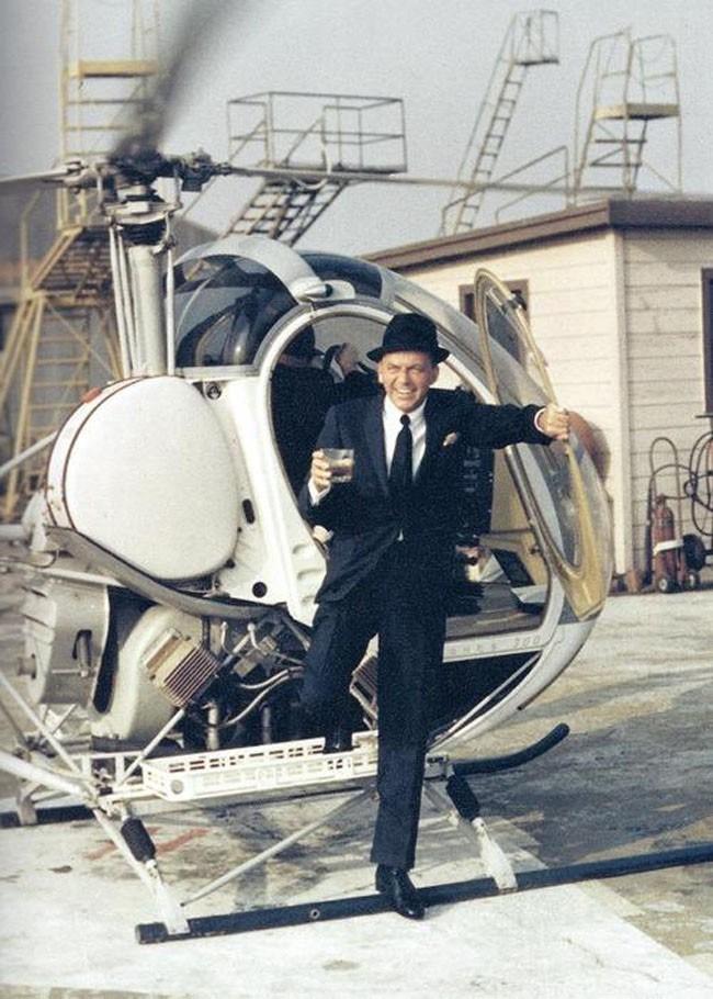 Frank Sinatra sortant d'un hélicoptère avec une boisson