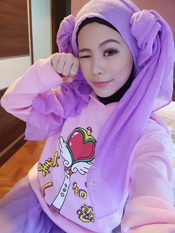 Hijab style Halloween - Look 4 : Sailor Moon, Pour un costume amusant inspiré par la série animée, attacher chignons suspendus dans votre hijab et porter des vêtements assez claires pour impressionner Chibi Moon